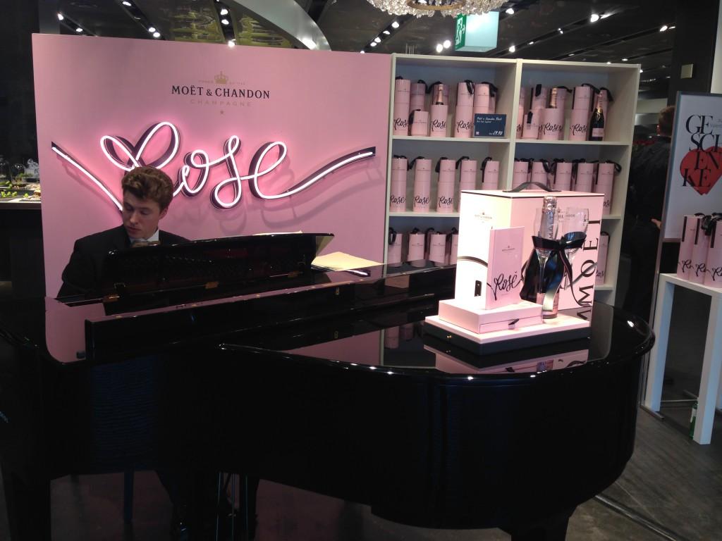 Moet Rose Valentine's Aktion Globus Zürich Piano Pink Live