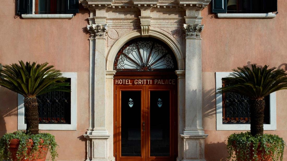 santa_maria_del_giglio_square_entrance