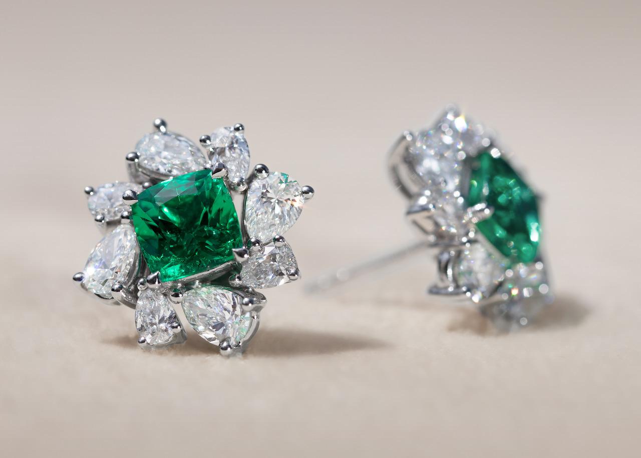 """Ein Paar Ohrstecker """"GLOWING JELLYFISH"""" in Weissgold 750 mit Diamanten und Smaragden. Weissgold, 750, 6.40 g 1 Smaragd/e grün Kissen, 0.970 ct. 1 Smaragd/e grün Kissen, 0.890 ct. 16 Diamant/en F-G vs Tropfen, 2.170 ct."""