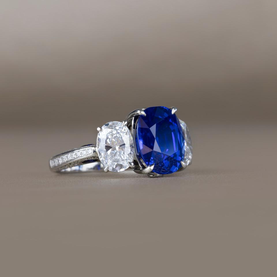 """Ring """"DROPS OF WATER"""" in Platin 950 mit Diamanten und Saphiren. Grösse: 13.0 1 Saphir/e blau Kissen, 5.650 ct., Kaschmir, NTE 74 Diamant/en E-F if-vvs Brillant, 0.350 ct. 4 Saphir/e blau Tropfen, 0.270 ct. 2 Diamant/en D if oval, 1.050 ct. & 1.080 ct."""